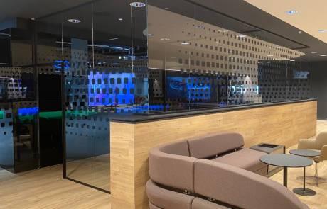 Partizioni in vetro per uffici realizzate con accessori casma serie 41AL